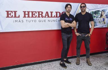 El tecladista de Los de Adentro Johan Daccarett y el guitarrista Eliuth Martínez, en su visita a EL HERALDO.