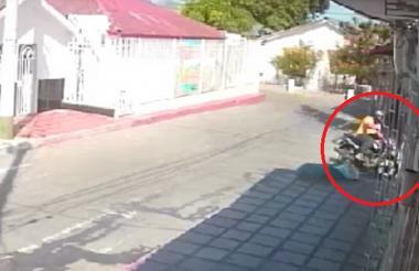 Momento en que el delincuente cruza para evitar que lo detuvieran por el robo.