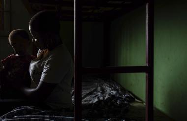 Una mujer y su hijo descansan en uno de los refugios de la Sociedad para el Empoderamiento de los Jóvenes (SEYP).