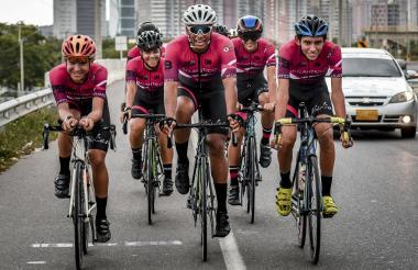 Grupo de ciclistas atlanticenses del club José 'Pepe' Caballero transitando por la vía a Puerto Colombia. Usan un uniforme parecido al del equipo Ineos.