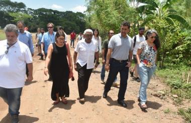 Los congresistas Luis Albán y Juanita Goebertus; el exguerrilero Joaquín Gómez, y los representantes León Muñoz y María Pizarro en Pondores, La Guajira.