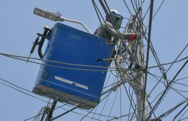 Un operario realiza mantenimientos en redes.
