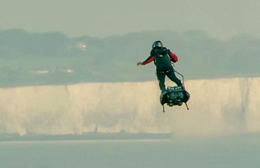Franky Zapata en su 'Flyboard' vuela más allá del campanario de Calais, en Francia.