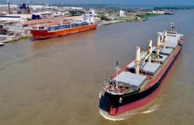 Una embarcación transita por el canal de acceso al Puerto de Barranquilla.