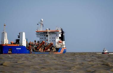 Draga 'Lelystad' realizando labores de remoción de sedimento en Bocas de Ceniza.