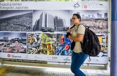 Una estudiante en la Estación La Catedral pasa frente a las imágenes del fotógrafo japonés Takehiko Nakafuji.