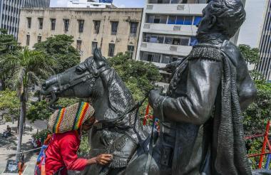El monumento ecuestre de El Libertador Simón Bolívar durante las obras de restauración.