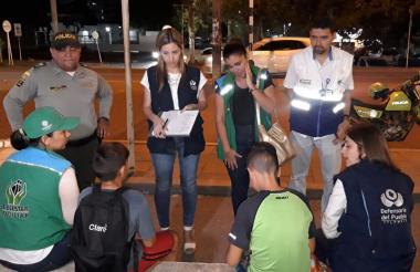 Niños sorprendidos en semáforos de Montería.