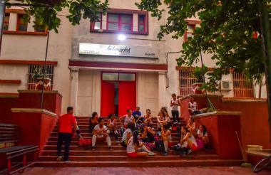 Deportistas en las afueras de la sede de Indeportes.