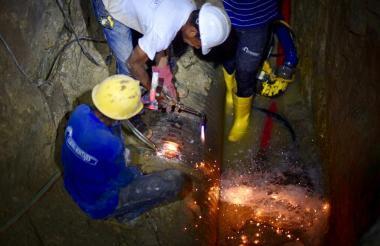 Personal de Triple A durante las reparaciones de las tuberías.