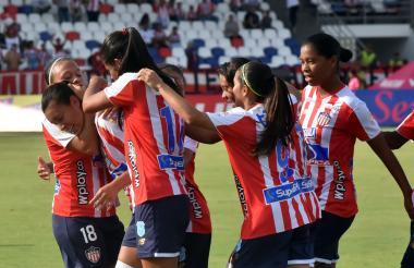Yoreli Rincón es abrazada por sus compañeras luego de anotar el gol de penal.