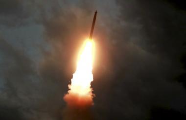 Un misil balístico lanzado desde una ubicación desconocida en Corea del Norte a principios del 31 de julio.