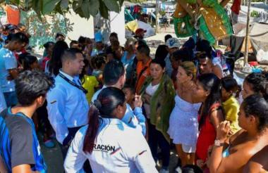 Funcionarios de Migración y de la Cancillería junto con migrantes de nacionalidad venezolana.