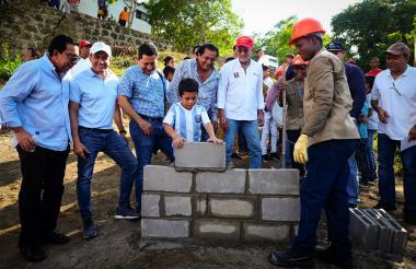 El gobernador Verano y el alcalde de Piojó en el acto de primera piedra.