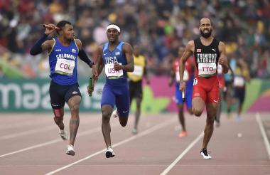 El colombiano Anthony Zambrano celebra después de ganar la medalla de oro en la final de relevos 4x400m de atletismo masculino.