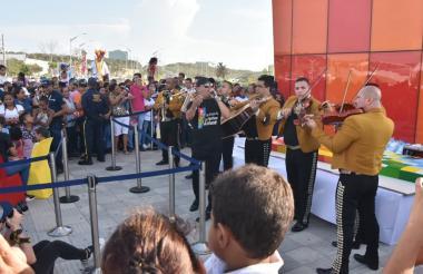 Mariachis entonan una serenata para celebrar el primer aniversario de la Ventana al Mundo.