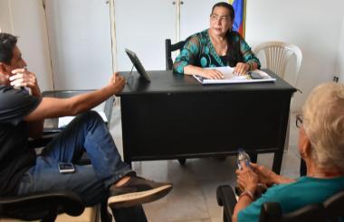Feliciano (izquierda), en el despacho de la juez Donado (centro) junto a doña Úrsula, en la audiencia.