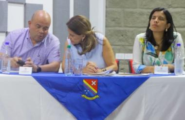 El gobernador (e) Juan Francisco Herrera, la vicepresidenta Marta Lucía Ramírez y Katerine Pino, de la Oficina de la Mujer de San Andrés.