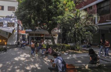 Estudiantes en la plazoleta principal de la Universidad Autónoma del Caribe.