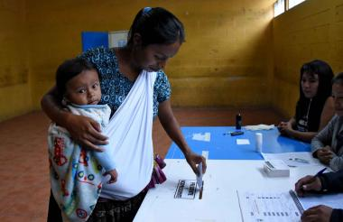 Una mujer indígena vota en la segunda vuelta.