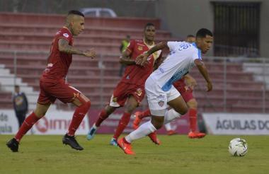 El volante barranquillero James Sánchez domina el balón ante la mirada de Gilberto 'Alcatraz' García y Francisco Rodríguez.