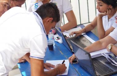 Encuestadores del Sisbén durante jornada de actualización de datos.