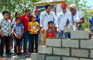 El gobernador Eduardo Verano y el alcalde de Baranoa, Lázaro Escalante, durante la primera piedra.
