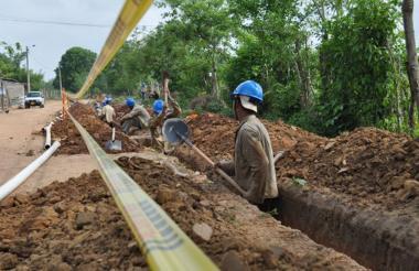 Personal trabaja en la construcción del acueducto.
