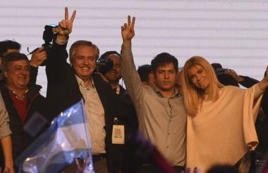 El precandidato a presidente por el 'Frente de Todos', Alberto Fernández (2º a la izquierda) celebra los resultados no oficiales de las elecciones primarias, abiertas, simultáneas y obligatorias (PASO).