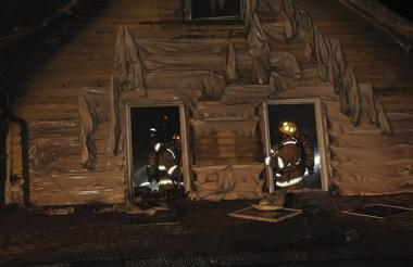 Momento en que los bomberos trabajaban para apagar el incendio del plantel educativo.
