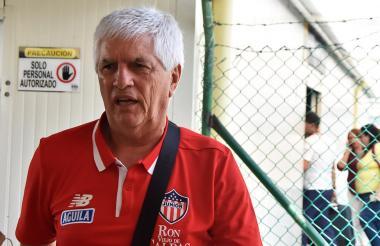 El DT Julio Comesaña ayer a su llegada a Barranquilla.