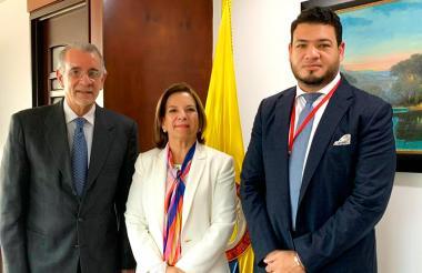 El gobernador Verano, la ministra Cabello y el secretario Ávila durante la reunión que se realizó ayer en las oficinas del Ministerio de Justicia.
