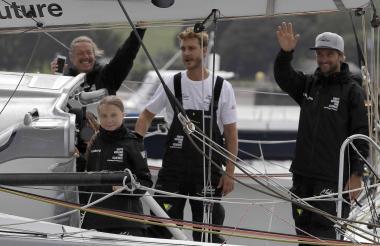 Greta Thunberg (Izq), su padre Svante Thunberg y los capitanes Pierre Casiraghi (2R) y Boris Herrmann a bordo del velero.