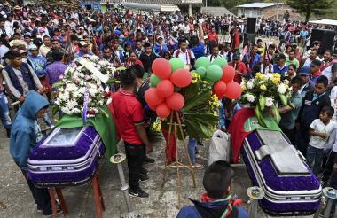 Indígenas asisten al funeral de Kevin Mestizo y Eugenio Tenorio -miembros de la Guardia Indígena.