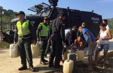 Policías entregan las pimpinas.