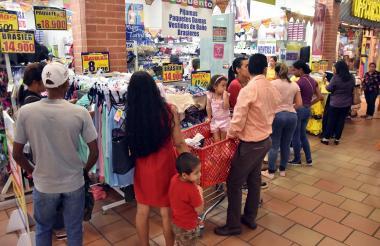 Clientes en un centro comercial en Barranquilla.