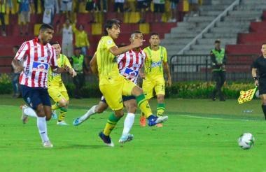 Narváez e Hinestroza marcando a Robayo.