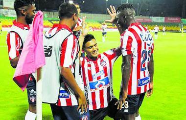 Teófilo Gutiérez celebra su gol con Cetré y con los venezolanos Yohandry Orozco y 'Cariaco' González.