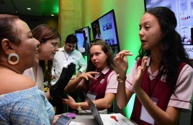 Dos estudiantes explican el proyecto que diseñaron.