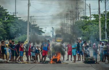 Vecinos queman neumáticos y troncos en la calle 17.