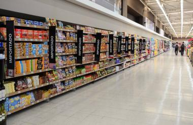 Pasillo donde se exhiben los productos importados en un supermercado en el norte de Barranquilla.