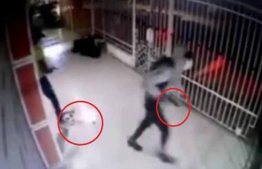 En la imagen aparece Wladimir Alberto Berdugo, quien derrama sangre luego de recibir los impactos en la casa.
