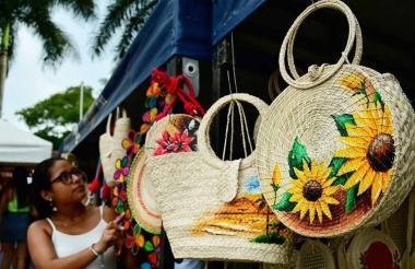 Una turista observa los productos en el Centro Artesanal, ubicado en la entrada de Usiacurí.