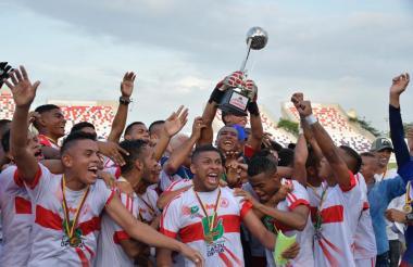 Los integrantes de la selección Atlántico celebran la obtención del título.