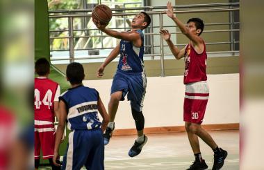 Luis Alejandro Zúñiga, de 14 años, intenta anotar de dos puntos ante Caribe.