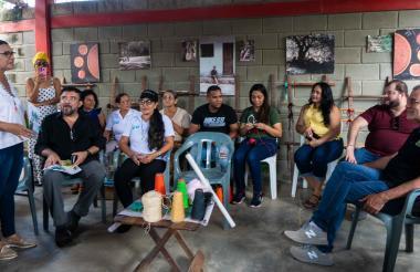 El gobernador Verano junto al consultor mexicano y varios artesanos.