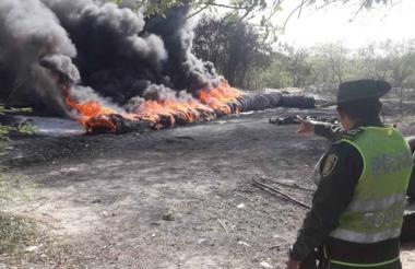 Un policía señala la conflagración.