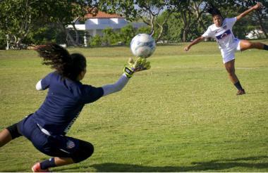 Angie Téllez ensayando remates de definición durante un entrenamiento.