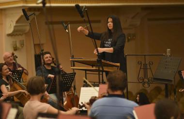 Adriana Daza dirigiendo la London Latin American Philharmonic, compuesta por 55 músicos.