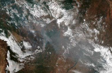 Foto satelital muestra el humo de varios incendios en los estados brasileños de Amazonas.